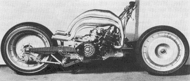 画像: ELF Xのストリップ状態。2ストローク750cc・4気筒のヤマハTZ750エンジンの上に、4本のチャンバーが取りまわされる大胆なレイアウトに注目! www.appeldephare.com