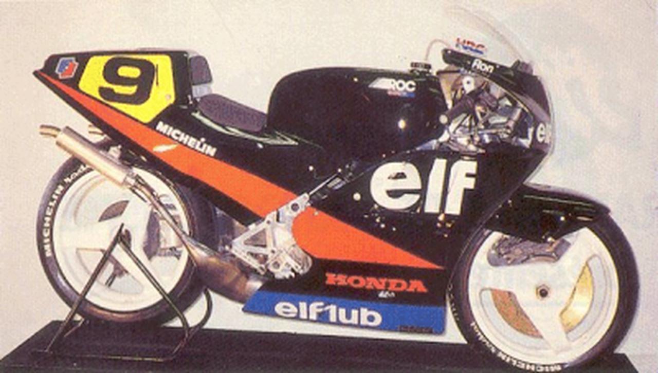 画像: ELF 4 1987 ELF 3の一定の成功をベースに、エンジンを新たにワークスホンダNSR500を搭載。強力なエンジンパワーに車体をマッチさせることに苦労し、シーズン半ばからの実戦投入となりました(ELF 4の登場まで、ハスラムはELFカラーのホンダNSR500をグランプリで走らせました)。 4.bp.blogspot.com