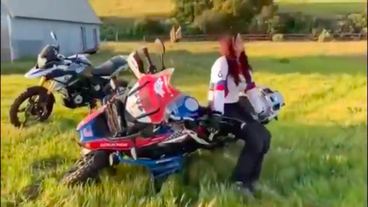 """画像: まずは倒れているバイクの引き起こし4連発! 体格の小さな女性でも、""""背面引き起こし""""というテクを使えば、腰を痛めることなく転倒車を起こせることがわかります。 www.youtube.com"""