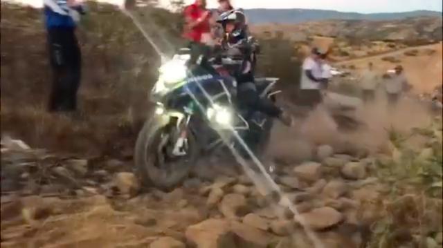 画像: かなりツッ込むのに躊躇するような上りのガレ場でも、車体を支配下に置いていれば彼女のするようにスムーズに走れるのですね! www.youtube.com