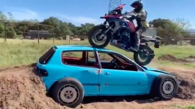 画像: 初心者ほど「足着き」を気にするものですが、足着き性の違いが、バイクの乗りこなしの決定的差ではないということを・・・ジョセリンは動画をとおして教えてくれます? www.youtube.com