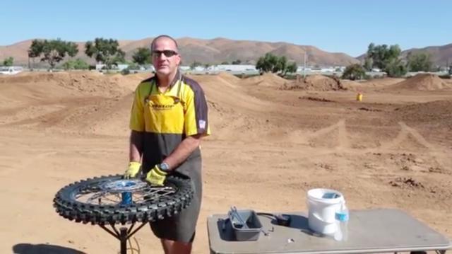 画像: こちらはダンロップのYouTubeチャンネル「RideDunlop」に公開されている動画です。ダンロップスタッフのブライアン・フレックさんが、同社のモトクロスタイヤ「Geomax」のフロント用を交換する手順を紹介してくれます。 www.youtube.com