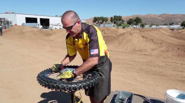 画像: いわゆる「交換タイムアタック」系動画ではなく、「タイヤ交換方法指南」系動画なのですが、さすがプロ!! テキパキした作業スピードが見ていて気持ちいいです。 www.youtube.com