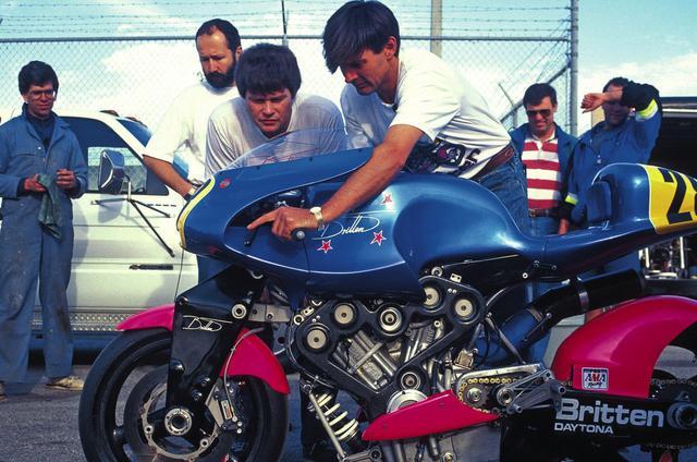 画像: V1000のチェックをするジョン・ブリッテン(右) cdn.silodrome.com