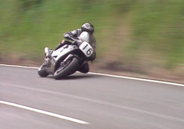 画像: ゼッケン16番のノートンRCW588に乗るのは、偉大なジョイ・ダンロップの弟であるロバート・ダンロップ。現在TTライダーとして大活躍する、マイケル・ダンロップの父です。 www.youtube.com