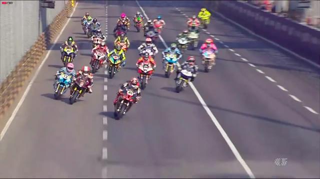 画像: スタートから最初のターンに向かって、ホールショット争い! www.youtube.com