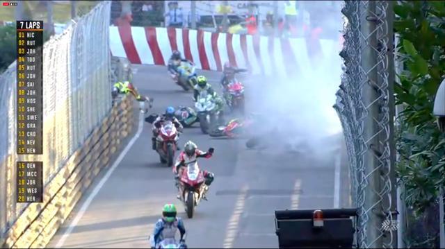 画像: 多重クラッシュで2度目の赤旗が・・・。幸い、生死に関わる負傷をおったケガ人はいなかったとのことです。 www.youtube.com