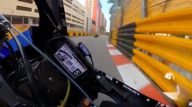 画像: こんなにインを攻めると・・・頭とかガードレールに擦りそうですよね・・・。 www.youtube.com
