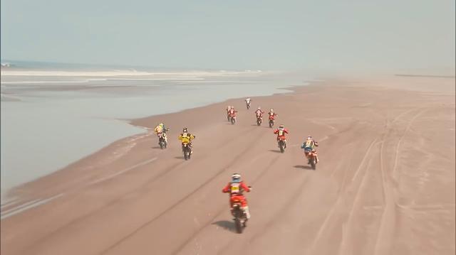 画像: 海岸沿いの複数台による走行シーンは、かつてのアフリカ時代のダカール海岸を思い出させますね・・・(しみじみ?)。 www.youtube.com