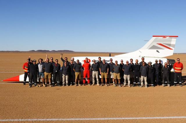 画像: 南アフリカでの高速テストを終えて撮影された、プロジェクトチームのグループショット。 www.bloodhoundlsr.com
