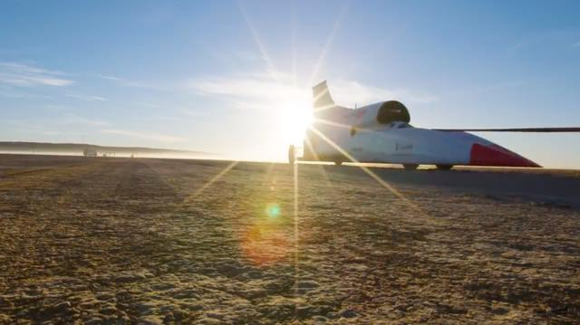 画像: テストコースへと牽引されるブラッドハウンドSSC。早朝が選ばれたのは、搭載するユーロファイター用ジェットエンジンの推力を上昇させるのに、気温が低い時間帯が理想的なためです。 www.youtube.com