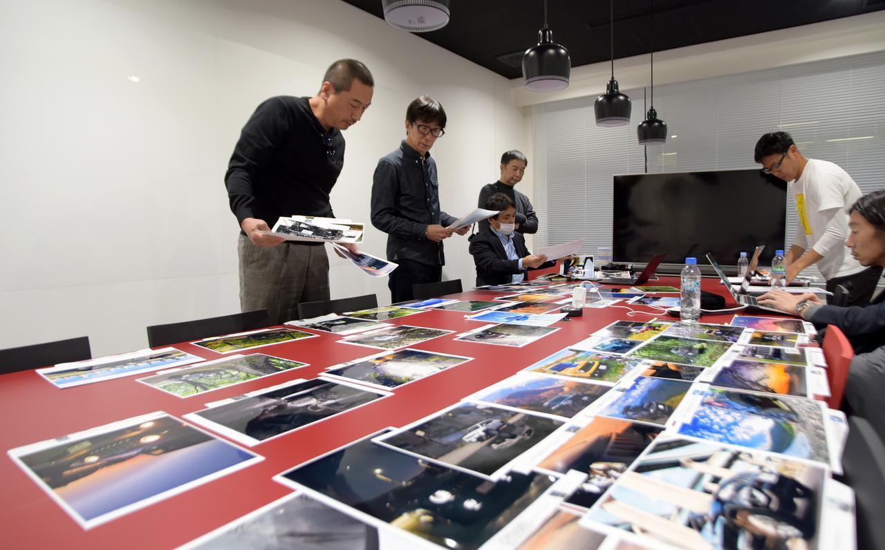 画像: 審査会会場に並べられた作品たち(写真はごく一部)。テーマ・車種はもちろん、構図・意図など細かくチェックしていく