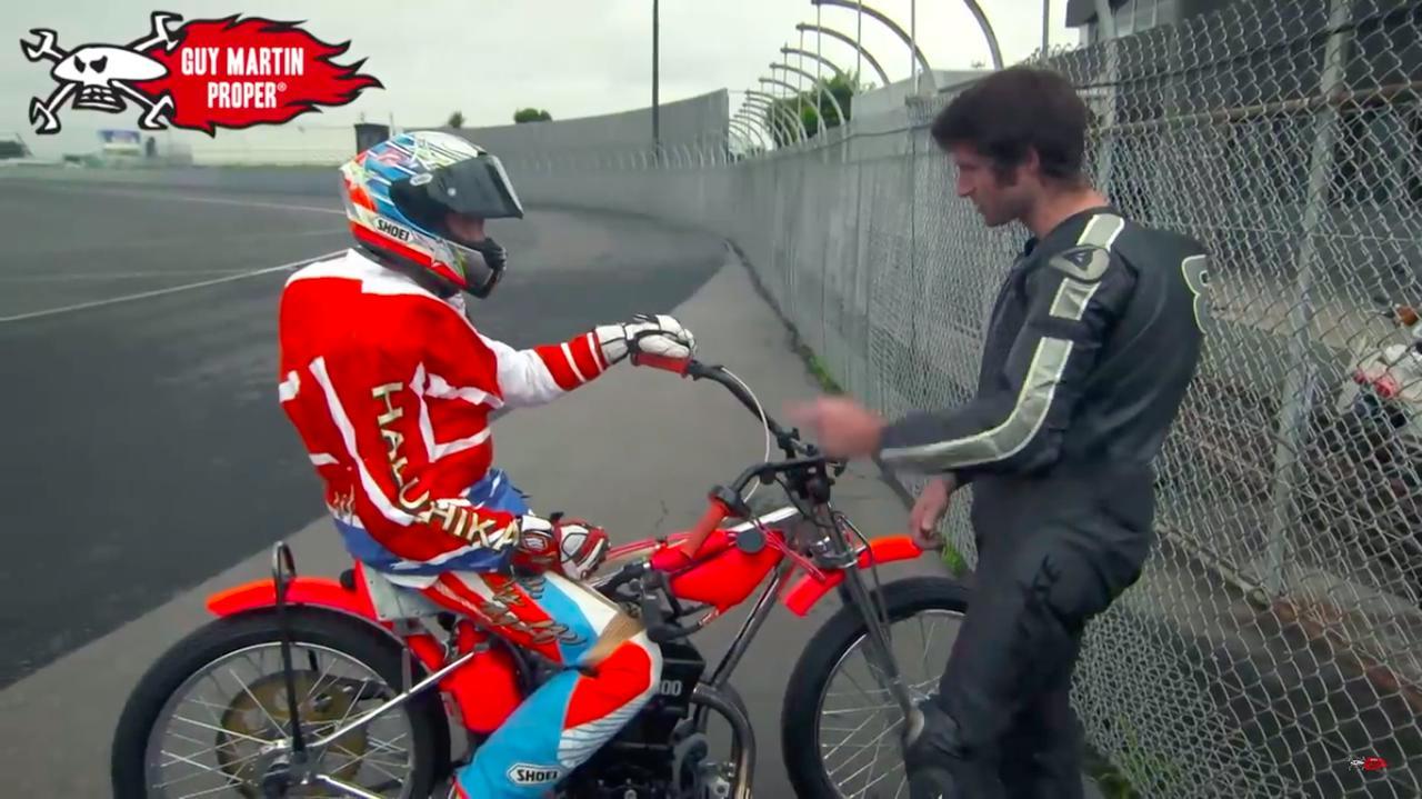 画像: G.マーチンのために、タイヤのウォームアップをする青木選手。そしてシフト操作について質問するG.マーチンに、「上げて1速・・・」と教えてあげます。 www.youtube.com