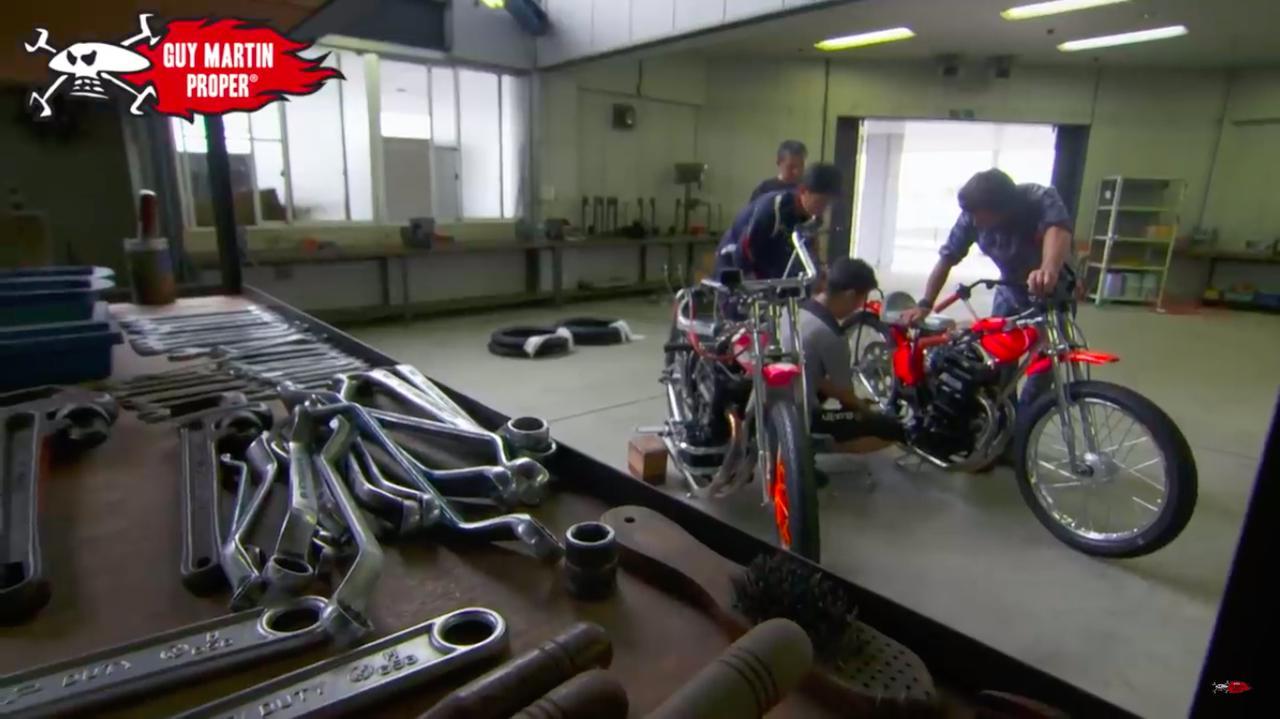 画像: 整備されるオートレース車両をのぞき込むG.マーチン。整備をしているのは・・・? www.youtube.com