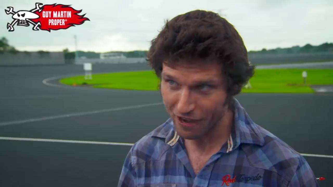 画像: マン島TTを舞台とするドキュメント映画、「Closer to the Edge」に登場して世界的な人気者になったガイ・マーチン。筑波サーキットに通い慣れた人にはおなじみの、オートレース選手養成所のコースの上に立ちます。 www.youtube.com
