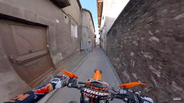 画像: 市街地を走り抜けて、J.ウォーカーが向かう先は・・・? www.youtube.com