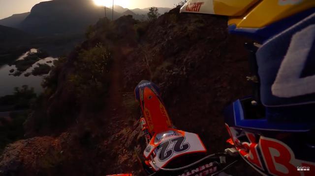 画像: シングルトラックを進むKTMとJ.ウォーカー・・・左手は断崖で、落ちてしまうイメージがわいてしまい見ていてコワイです・・・。 www.youtube.com