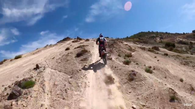 画像: GoProにドローンなどを組み合わせて、凝った映像の数々を撮影。コル・デ・ナルゴの自然のなかで、J.ウォーカーがKTMとともに躍動します! www.youtube.com