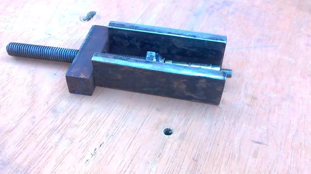 画像: 全ネジが通る穴を開けた鉄の端材を上側にして、2枚の鉄の板を「ヤグラ」型に溶接で組み立てます。