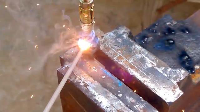 画像: まず、全ネジのボルトの頭に、拡張アンカーを溶接します。 www.youtube.com