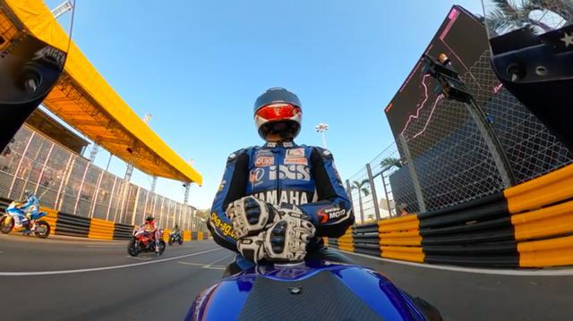 画像: 自身が主宰するセイガー・レーシングのヤマハYZF-R1の車上で、スタートを待つH.セイガー。 www.youtube.com