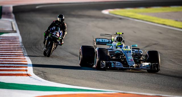画像: 46番をつけたF1を駆るV.ロッシ。その後ろを、ヤマハYZR-M1に乗るL.ハミルトンが追走します。 www.yamahamotogp.com