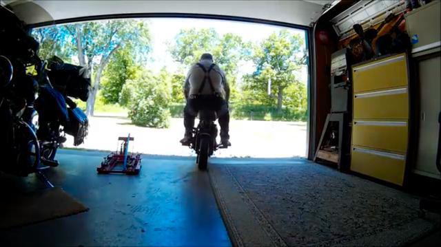 画像: ガレージから発進! T120TTエンジンの最高出力はモンキーエンジンの10倍以上なので、かなり強烈な走りになるでしょうね・・・? www.youtube.com