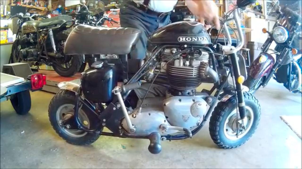 画像: 1969年型ホンダミニトレールZ50の車体に、1967年型トライアンフT120TTの650ccユニットツインエンジンを搭載! なおサイドスタンドは、取り外してハンドルまわりに収納する方式です!? www.youtube.com