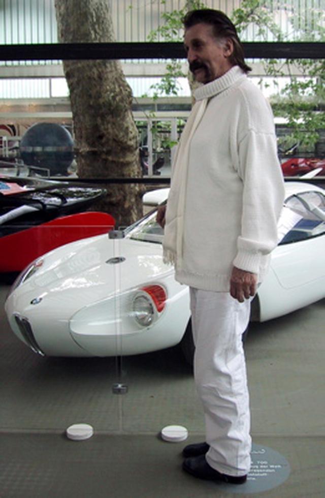 画像: 2004年に撮影された、L.コラーニと1959年のBMW 700。彼がデザインした樹脂製モノコックのスポーツカーのBMW 700は、当時世界的に注目を集めました。 de.wikipedia.org