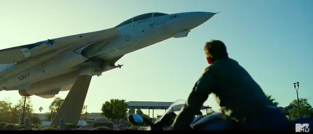 画像: トム・クルーズの視線の先には、退役してディスプレーされたF-14の姿が・・・。 youtu.be
