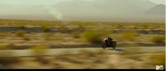 画像: 2分33秒の最新トレーラーは、まず前作の主役機であるF-14とニンジャが登場します! 広々としたロケーションをニンジャで疾走するトム・クルーズ! youtu.be