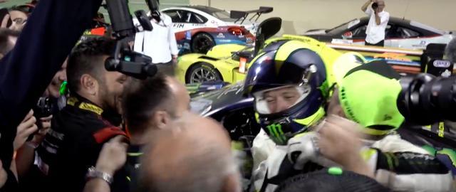 画像: レースが終了し、仲間たちと喜びを分かち合うロッシ。見事3位表彰台を獲得しました! www.youtube.com