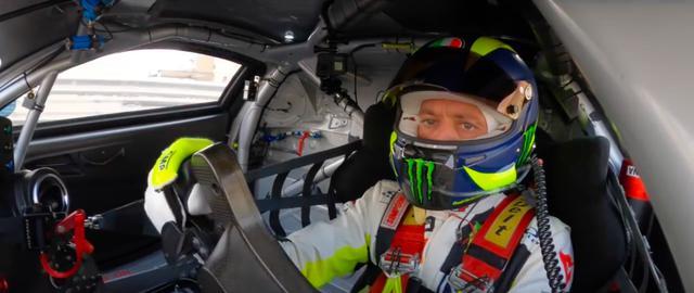 画像: 過去のF1ドライブ、そしてモンツァ・ラリーショーで4輪の腕前は実証済みのロッシですが、耐久レースの「ガルフ12時間」でどこまで順位を上げるか・・・に注目が集まりました。 www.youtube.com