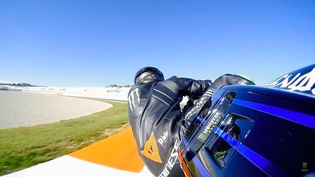 画像: 堂に入ったフォームで、ヤマハYZR-M1を乗りこなすL.ハミルトン。 www.youtube.com