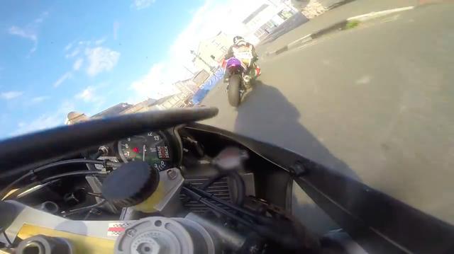 画像: TTコースの名所のひとつ、クレグニーバーの前を通過するシールズとブルックス! www.youtube.com