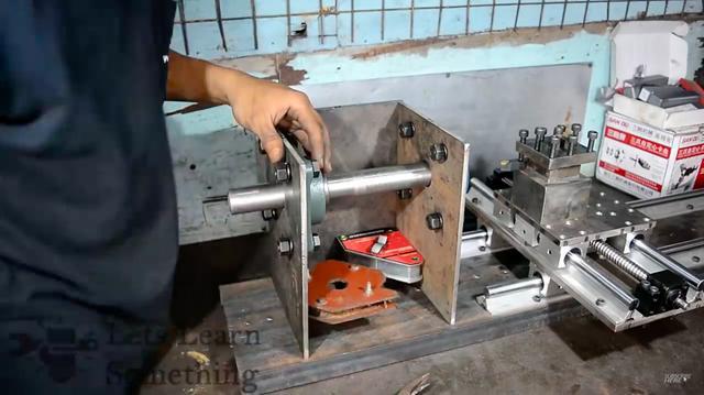 画像: 刃物台を取り付けたら、主軸台の製作に移ります・・・。 www.youtube.com