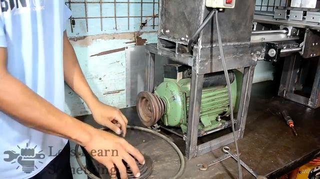 画像: 電気モーターは1.5馬力。プーリーのベルトかけ換えでスピード調整する、シンプルな構造になっています。 www.youtube.com