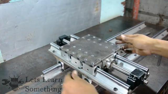 画像: 往復台に横送り台を載せます。段々と旋盤らしくなってくる様を見るのも楽しいです。 www.youtube.com