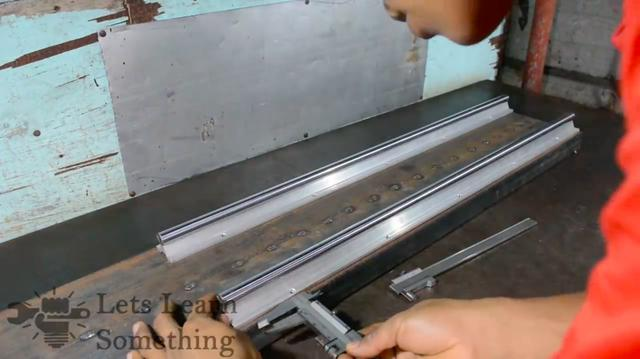 画像: まずはベッドとなる材料に、往復台を載せるレールを取り付けるために採寸します。なお海外の動画ですが、音声解説がない動画なので、万国のDIY好きが理解可能な内容になっているのも素晴らしいです。 www.youtube.com