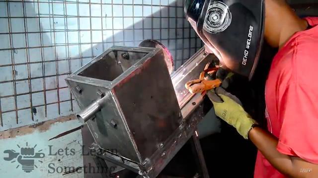 画像: 組み上がった主軸台を、ベッドに溶接します。ちなみに溶接作業は、アーク溶接でやっています。 www.youtube.com