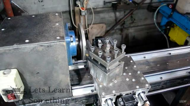 画像: 主軸のチャックを取り付ける箇所は、旋盤加工で仕上げます。旋盤を使って旋盤を仕上げる・・・というカンジですね。 www.youtube.com