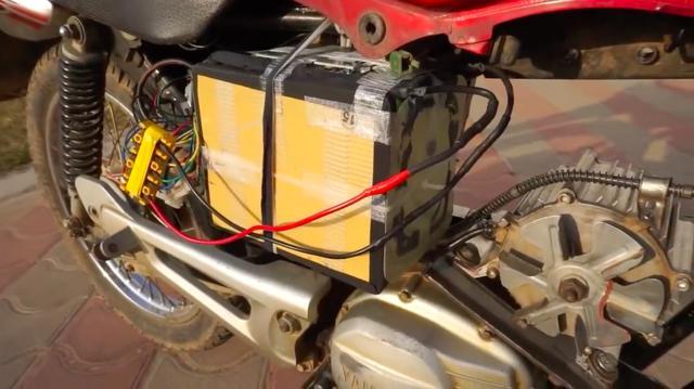 画像: バッテリーはリチウムイオン式の48ボルト/35アンペアを使用します・・・。 www.youtube.com
