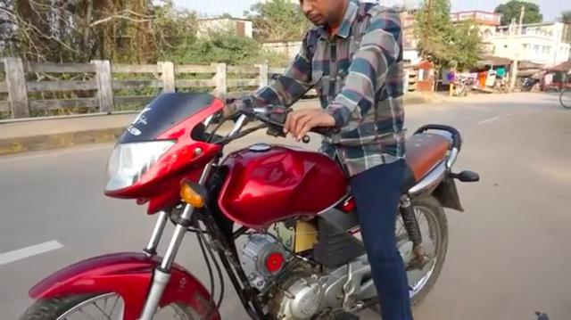 画像: こちらは完成状態です。ベースとなるのは(おそらく)インドで販売されているヤマハブランドの単気筒車です。 www.youtube.com
