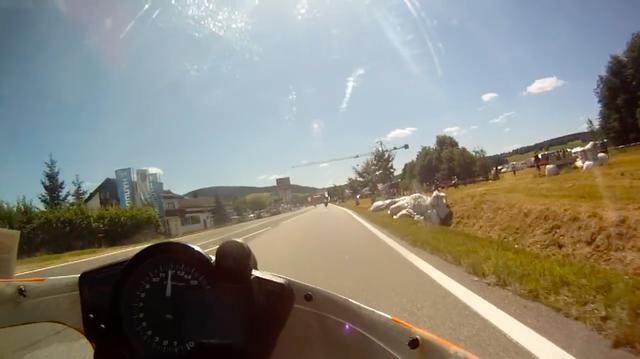 画像: 元々80ccクラスでGPデビューしただけあって、ウォルドマンはファン・フィーン・クライドラーも苦もなく乗りこなしています。市街地特設コースとは思えない、本気!? の走りを動画でお楽しみください! www.youtube.com
