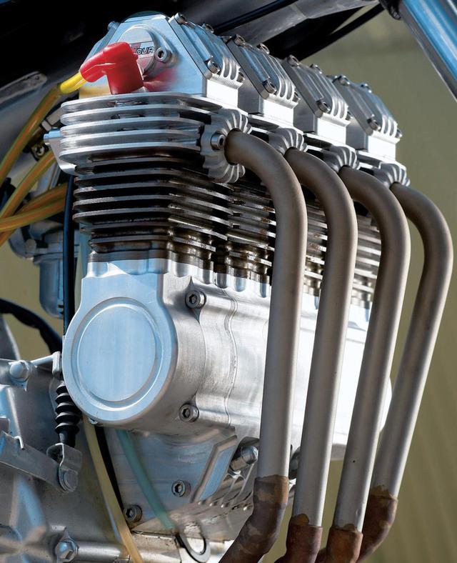 画像: 自作の4気筒シリンダーが、オリジナルモンキーのクランクケースにつながる構造です。 www.motocykl-online.cz