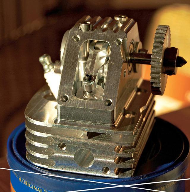 画像: 動弁方式はOHCで、カムシャフト駆動はコグドベルトによるもの。ポートの小ささに注目してください。 www.motocykl-online.cz