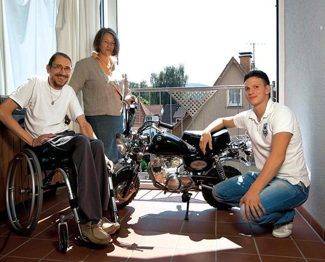 画像: 車椅子の上で笑顔を見せるのが、製作者のディーターさんです。後ろは奥様のペトラさん、そして右は息子のファビアンさんです。 www.motocykl-online.cz