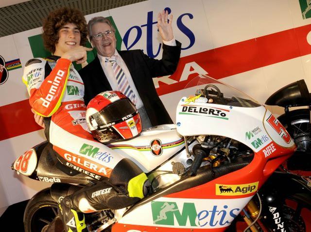 画像: 2008年に250ccクラス王者となり、ジレラのレジェンドライダーとなった故マルコ・シモンチェリを祝福するデューク(2009年)。 www.bikeracing.it