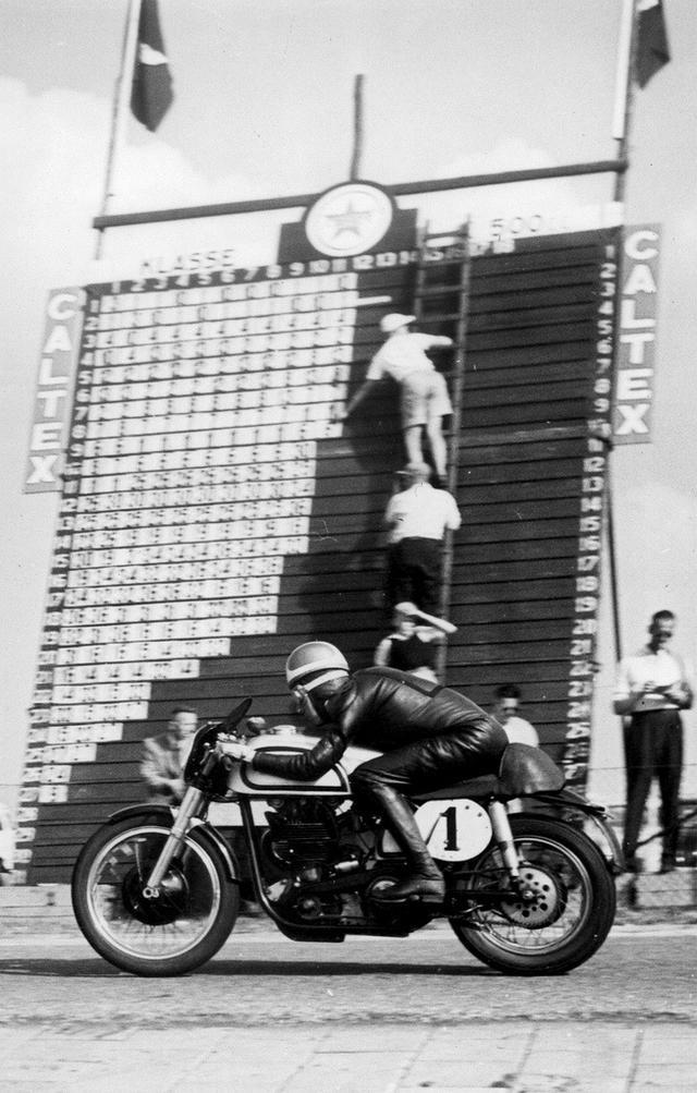 画像: 1952年、ダッチTT(アッセン)500ccクラスをノートンで走るデューク。 theselvedgeyard.files.wordpress.com