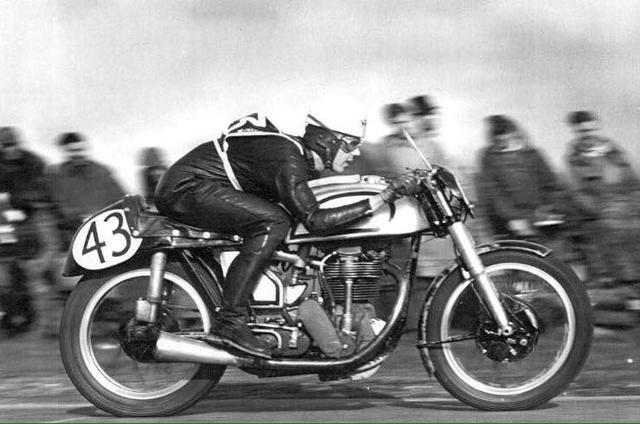 """画像: 1950年、スイングアームを採用した、""""フェザーベッド""""フレームを採用したノートンのワークス単気筒に乗るジェフ・デューク。1950〜1970年代のフレーム作りに多大な影響を与えたフェザーベッドの産みの親、クローミーとレックスのマカンドレス兄弟の開発エピソードは、英車ファンやロードレースファンの間では有名でしょう。 www.pinterest.es"""